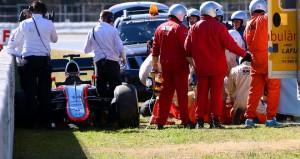 """Në datën 22 shkurt, Fernando Alonso pësoi një aksident të rëndë në testimet parasezonale të Formula 1 në pistën e Montmelo-së në Barcelonës dhe humbi ndjenjat si pasojë e përplasjes.  Në momentin që u përmend në spital, piloti i McLaren-it u pyet se kush ishte, me çfarë merrej dhe se çfarë priste nga e ardhmja. Këto pyetje i bëhen të gjithë atyre që pësojnë goditje të forta.  Sipas """"El Pais"""", përgjigja e dy herë kampionit të Formula 1 ishte e habitshme: """"Jam Fernando, pilotoj në Karts dhe ëndrra ime është të bëhem pilot i Formula 1"""".  Alonso ishte kthyer në vitin e largët 1995 dhe nuk mbante mend asgjë nga 20 vitet e mëvonshme: as debutimin e tij në Formula 1 me Mindardin, as titujt kampion me Renault (2005 dhe 2006) dhe as aventurën me Ferrarin.  Gjithsesi, vizitat që iu bënë më pas, treguan se Fernando Alonso nuk ka asnjë dëmtim cerebral dhe se mungesa në Çmimin e Madh të Australisë i është rekomanduar nga mjekët vetëm si masë parandaluese për ndonjë aksident të mundshëm gjatë garës që do e ndërlikonte rekuperimin e tij"""